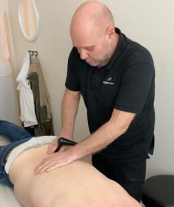 Peter Thun utför Tecar-behandling på Ryggakuten Borlänge